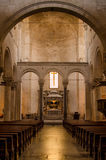 Iglesia italiana católica adentro Arcos y altar Imagen de archivo