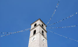 Iglesia italiana con las banderas Fotos de archivo