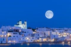 Iglesia local del pueblo de Naoussa en la isla de Paros en Grecia contra la Luna Llena Imágenes de archivo libres de regalías