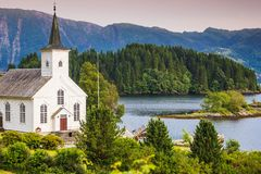 Iglesia luterana de Bruvik, isla Osteroy Noruega imágenes de archivo libres de regalías