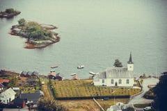 Iglesia luterana de Bruvik, isla Osteroy Noruega Fotos de archivo