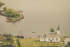 Iglesia luterana de Bruvik, isla Osteroy Noruega Fotos de archivo libres de regalías