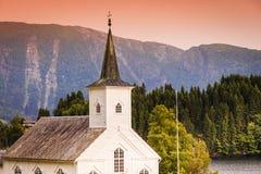 Iglesia luterana de Bruvik, isla Osteroy Noruega imagenes de archivo