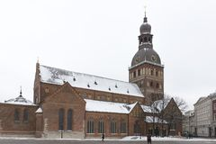 Iglesia majestuosa en el cuadrado de ciudad en invierno, Letonia, Fotos de archivo