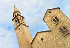 Iglesia medieval con la torre de reloj Imágenes de archivo libres de regalías