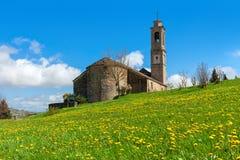 Iglesia medieval en campo de la primavera en Italia Fotos de archivo