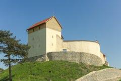 Iglesia medieval fortificada en el pueblo Feldioara imagen de archivo