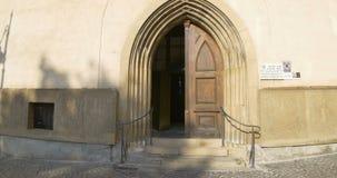 Iglesia medieval que entra almacen de metraje de vídeo