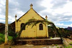 Iglesia minúscula encima de una montaña de los Andes del alto Imagen de archivo libre de regalías