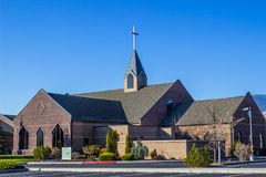 Iglesia moderna con la aguja fotografía de archivo libre de regalías