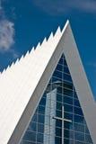 Iglesia moderna con la reflexión Imagenes de archivo