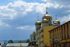 Iglesia moderna de la ortodoxia de Kirilo-Mefodii en Khust, Ucrania el 3 de mayo de 2016 Fue diseñado en el 21o ce imágenes de archivo libres de regalías