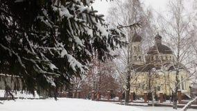Iglesia nevada, nieves acumulada por la ventisca, pino en la nieve Foto de archivo libre de regalías