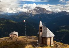 Iglesia o capilla en la cuesta di Lana del top de la montaña Fotos de archivo