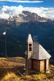 Iglesia o capilla en la cuesta di Lana del top de la montaña Imagen de archivo