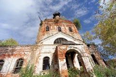 Iglesia ortodoxa abandonada en la parte europea de Rusia Imagenes de archivo