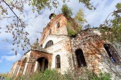 Iglesia ortodoxa abandonada en la parte europea de Rusia Imagen de archivo libre de regalías
