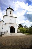 Iglesia ortodoxa blanca en el pueblo Fotografía de archivo libre de regalías