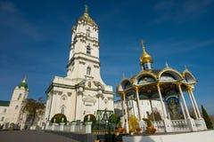 Iglesia ortodoxa cerca de la fuente de agua Fotos de archivo libres de regalías