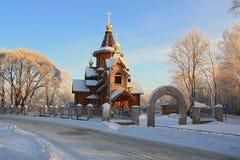 Iglesia ortodoxa cerca del camino en invierno Imagen de archivo libre de regalías