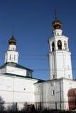 Iglesia ortodoxa con dos bóvedas y campanas Imágenes de archivo libres de regalías