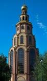 Iglesia ortodoxa contra el cielo azul Fotos de archivo libres de regalías