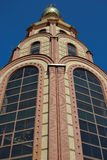Iglesia ortodoxa contra el cielo azul Imagen de archivo libre de regalías