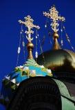 Iglesia ortodoxa de la bóveda con las cruces de oro Imágenes de archivo libres de regalías