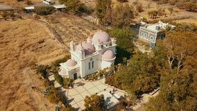 Iglesia ortodoxa de los 12 ap?stoles Mar de galilee Capernaum Silueta del hombre de negocios Cowering almacen de video