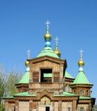 Iglesia ortodoxa de madera con la cruz de oro en el tejado Fotografía de archivo