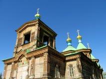 Iglesia ortodoxa de madera con la cruz de oro en el tejado Foto de archivo