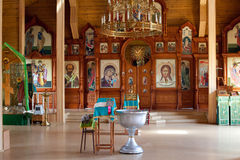 Iglesia ortodoxa de madera rústica interior Fotos de archivo