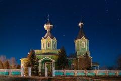 Iglesia ortodoxa de madera rusa vieja de la trinidad santa bajo noche Foto de archivo libre de regalías