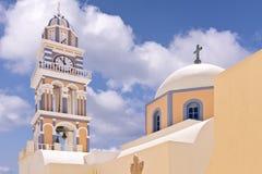 Iglesia ortodoxa de Santorini Grecia, torre de reloj, bóveda y cruz griegas Fotografía de archivo
