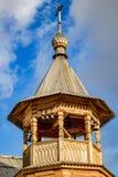 Iglesia ortodoxa del campanario de madera hecha en el viejo estilo ruso fotos de archivo