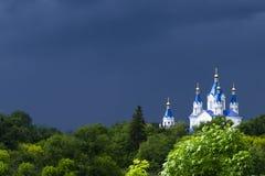 Iglesia ortodoxa del este contra el cielo azul profundo Día de primavera lluvioso Fotografía de archivo
