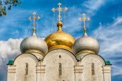 Iglesia ortodoxa dentro del convento de Novodevichy, señal icónica en M Imagen de archivo