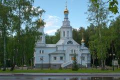Iglesia ortodoxa después de la lluvia Fotos de archivo
