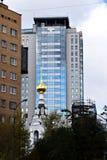 Iglesia ortodoxa, edificios altos modernos imagen de archivo