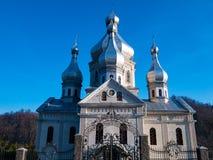 Iglesia ortodoxa en el ajuste de la montaña ucrania imágenes de archivo libres de regalías