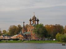 Iglesia ortodoxa en el banco de una charca en Moscú en otoño temprano imagenes de archivo