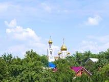 Iglesia ortodoxa en el cuarto de la ciudad Imagenes de archivo