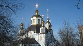 Iglesia ortodoxa en el día soleado escarchado Imágenes de archivo libres de regalías