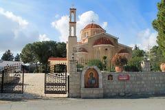 Iglesia ortodoxa en el país en un día soleado foto de archivo