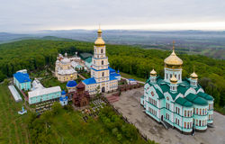 Iglesia ortodoxa en el pueblo de Bancheni Imágenes de archivo libres de regalías