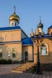 Iglesia ortodoxa en el sol fotos de archivo