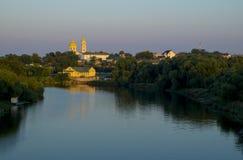 Iglesia ortodoxa en la orilla del río Foto de archivo libre de regalías
