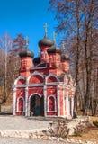 Iglesia ortodoxa en la primavera santa imagenes de archivo