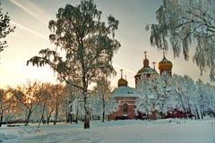 Iglesia ortodoxa en la puesta del sol por la tarde del invierno Foto de archivo