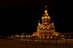 Iglesia ortodoxa en Siberia antes de la Navidad en la noche Imágenes de archivo libres de regalías
